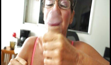 Brineta baba videoporno 18 gurne je u svoju mokru mačku