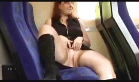 Curvy Nina Kayy filme noi online porno jebe svoju uspaljenu pičku pod vodom!